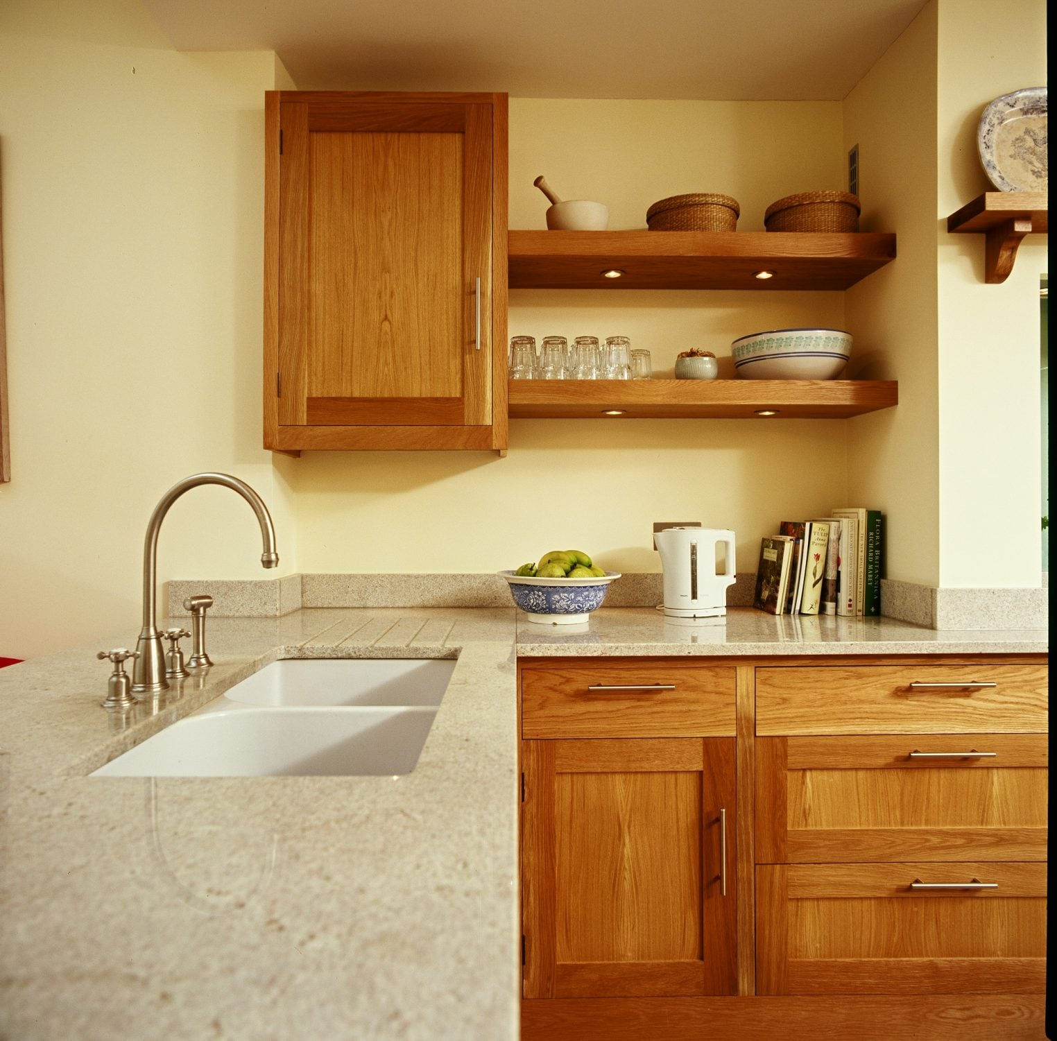 A traditional country oak bespoke kitchen